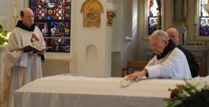 Fr. Simon Sauer places the Cord on the casket.